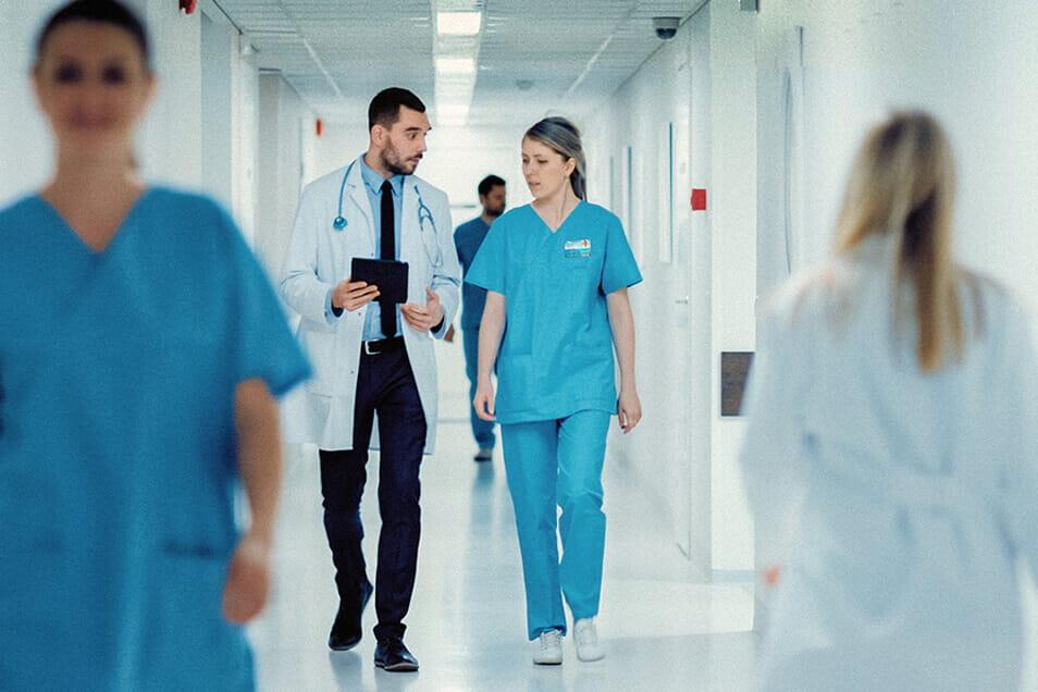 Médicos caminhando
